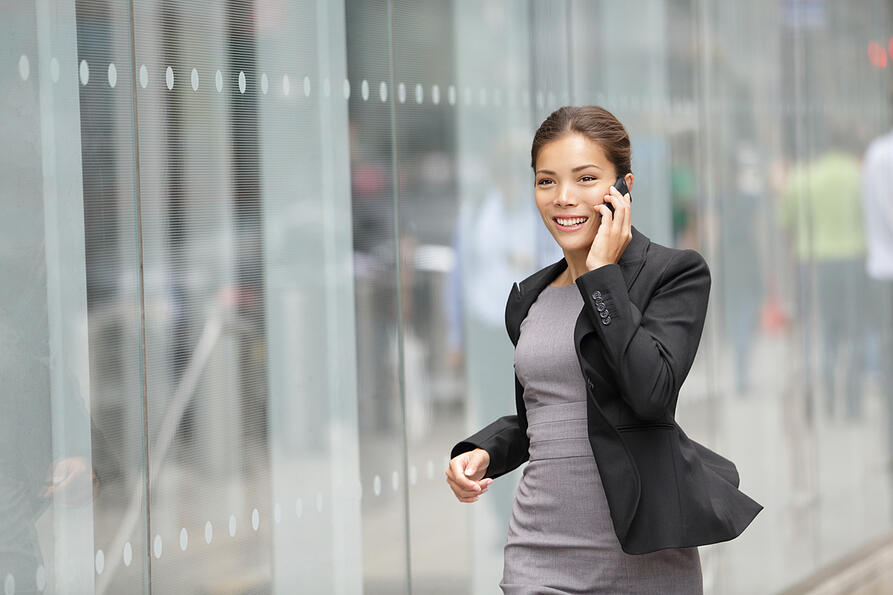 Businesswoman on the go using a softphone to check her voicemail remotely.
